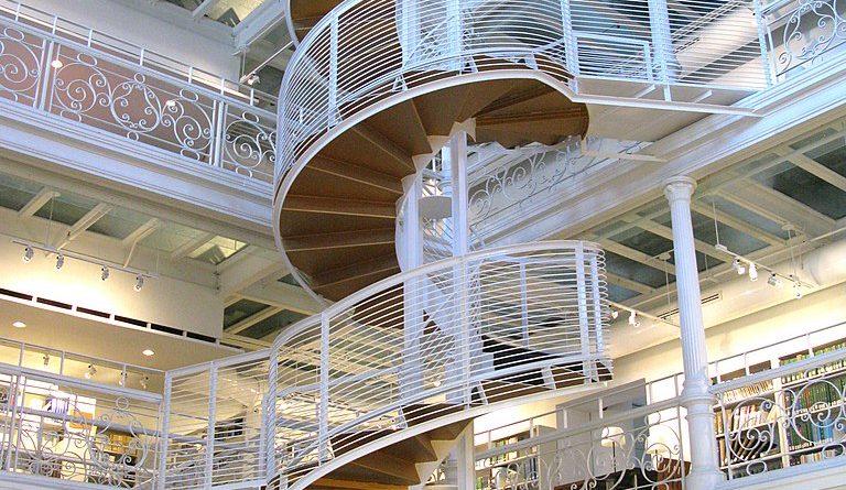 Édifice Gilles-Hocquart, escalier